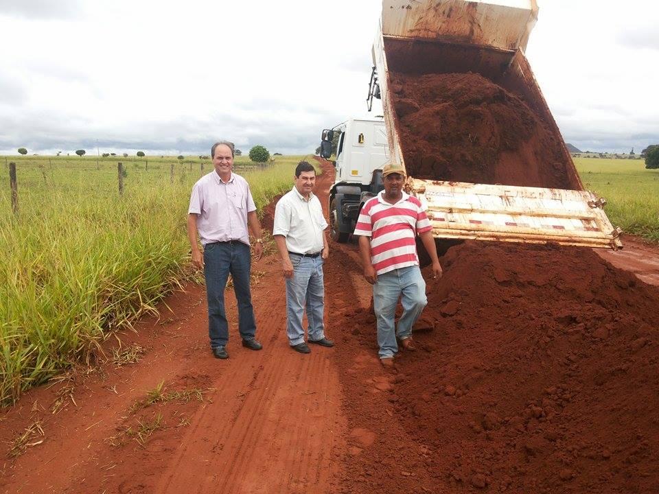 Secretário Renato com o prefeito Genesinho em vistoria à restauração de trecho de estrada