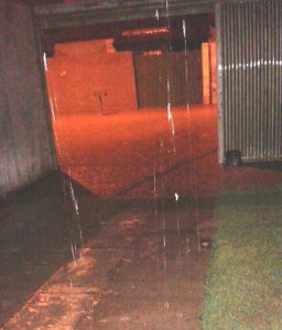 Alagamento no portal dos Ipês - Água chegou ao quintal dos moradores / reprodução: Facebook
