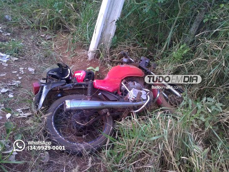 Foto: Valídio Gonçalves / O condutor da motocicleta não conseguiu efetuar a trajetória da curva e chocou-se violentamente contra um poste de concreto