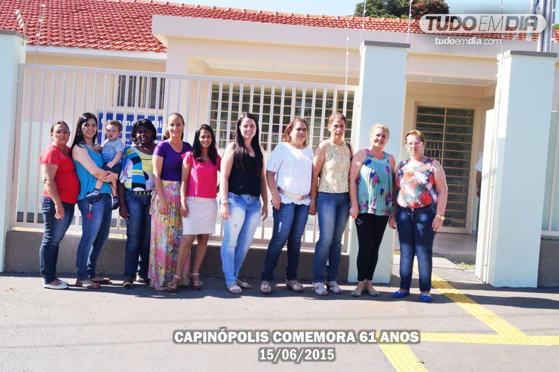 Colaboradores lotados na pasta da Saúde posam para foto em frente ao PSF Augusto Alves Garcia