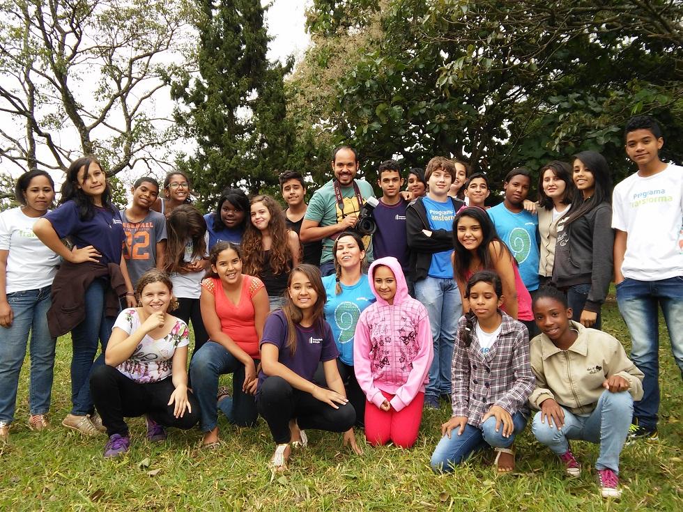 Douglas Luzz e adolescentes de projetos sócio-culturais