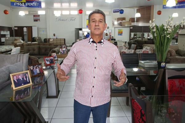 Roberto Ramos ainda consegue manter a entrega gratuita em suas quatro lojas na cidade (Foto: Cleiton Borges)