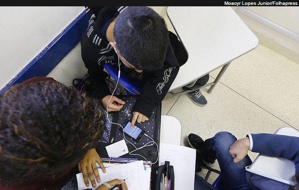 Um projeto de lei que tramita na Câmara dos Deputados quer tornar proibido o uso de telefones celulares em escolas; escolas estaduais em SP já vetam seu uso