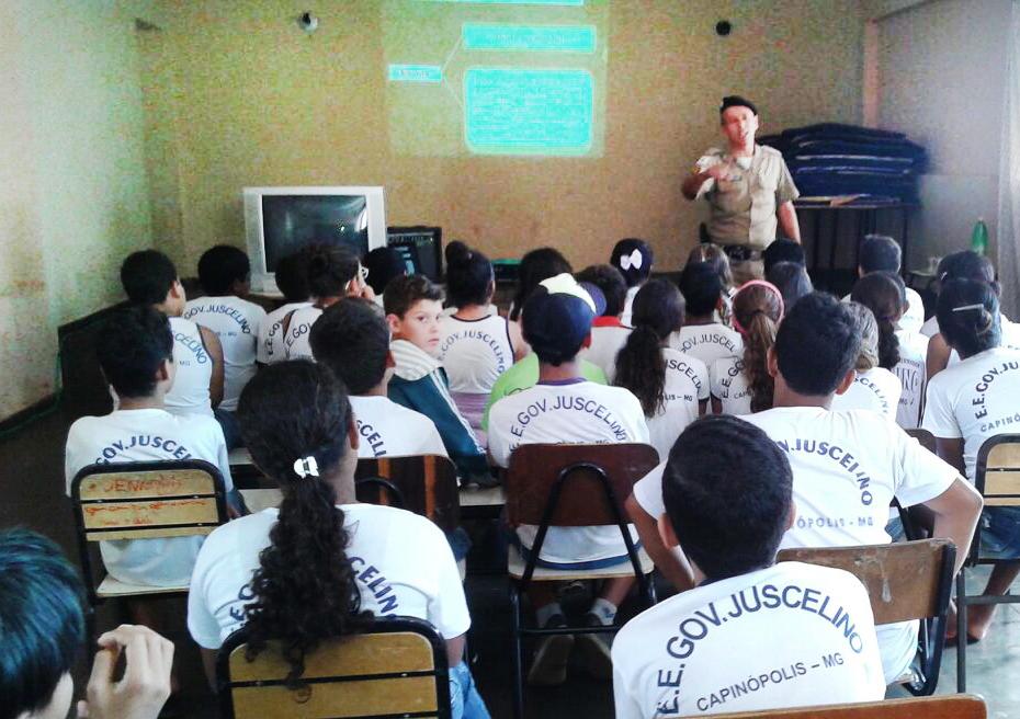 Sargento Edinaldo ministrando palestra na escola Governador Juscelino