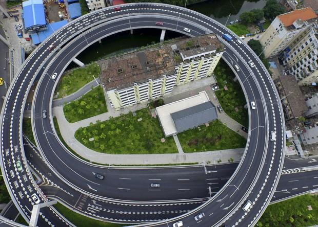 Prédio residencial fica 'ilhado' por viaduto circular na China (Foto: REUTERS/Ma Qiang/Southern Metropolis Daily)