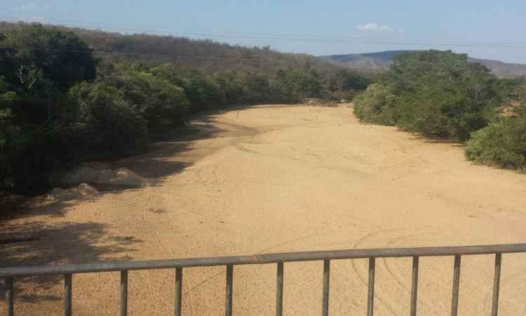 Em Botumirim, trechos do Rio Itacambirassu estão completamente vazios (foto: Daniela Rodrigues/Divulgação)