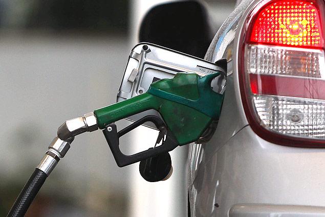 Automóvel sendo abastecido em posto de gasolina; preço do combustível nas refinarias subiu / Zanone Fraissat/Folhapress