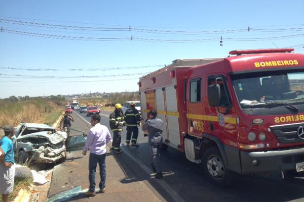 Acidente entre carro e caminhão deixa duas pessoas feridas na BR-452