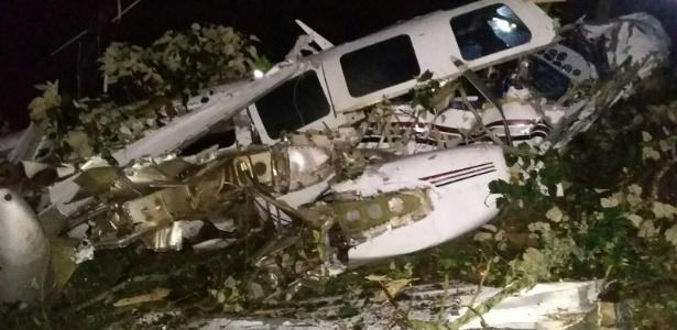 Destroços do pequeno avião que caiu no município de San Pedro de los Milagros, no noroeste da Colômbia