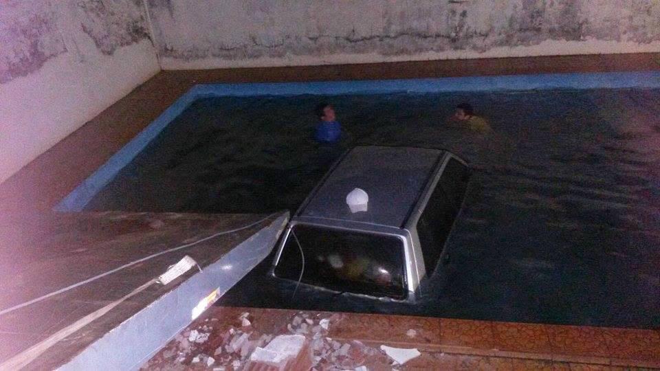 Carro desgovernado vai parar dentro de piscina de residência em Santa Vitória