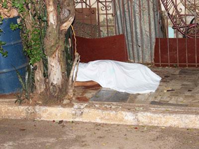 Corpo do servidor-geral Jonh Lenon Monteiro Frazão foi encontrado na calçada de rua no bairro Felipe Mansur