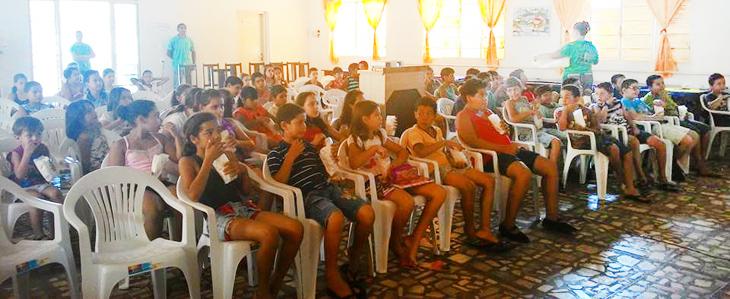 CRAS Ipiaçu proporciona alegria a crianças com cinema no CRAS