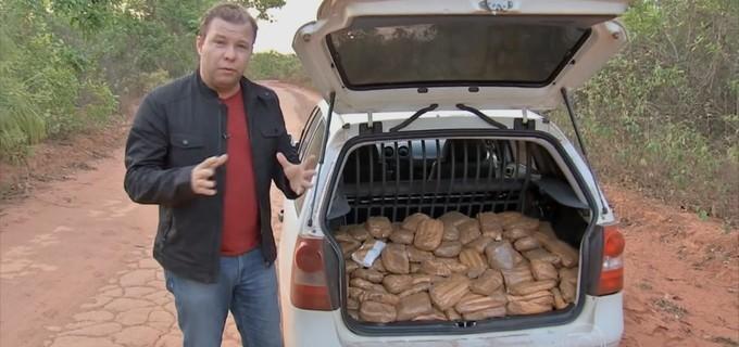 Alex Barbosa mostra falsa cocaína em reportagem exibida pelo Jornal da Globo do dia 13 Original: http://noticiasdatv.uol.com.br/noticia/televisao/afiliada-da-globo-demite-jornalista-preso-com-240-kg-de-falsa-cocaina--9596#ixzz3q98xObSc  Follow us: @danielkastro on Twitter | noticiasdatvoficial on Facebook