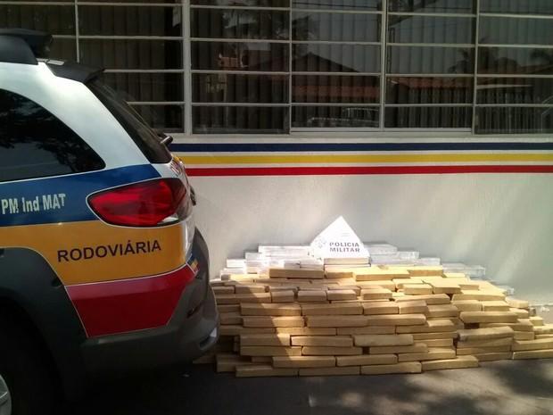 Maconha foi encontrada pela polícia no porta-malas do carro (Foto: Polícia Militar Rodoviária de Frutal/Divulgação)