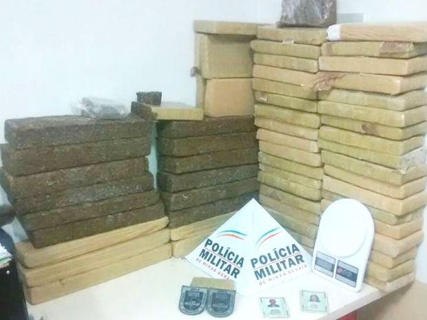 Mais de 60 barras com maconha foram apreendidas (Foto: PM/Divulgação)