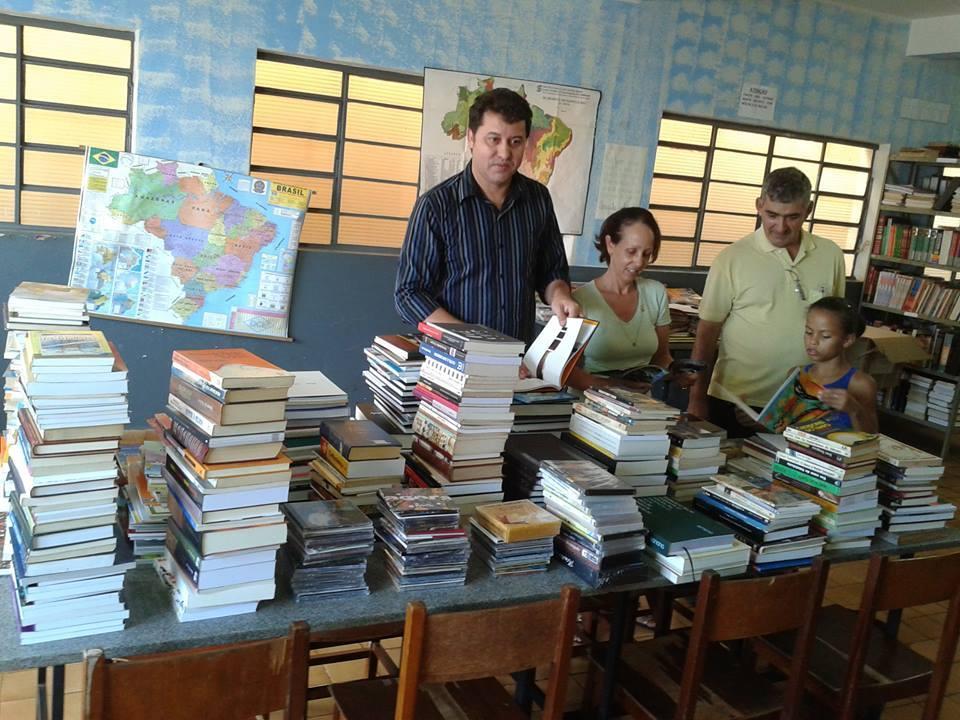 Caetano Neto (esq) visitou o prédio da biblioteca