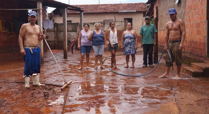 """Moradores da """"Chácara Balaieiros"""" limpam a lama trazida pela enchente / Foto: Paulo Braga"""