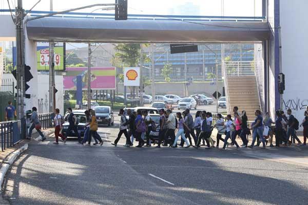 Pedestres ignoram passarela e optam por atravessar a via (Foto: Cleiton Borges)