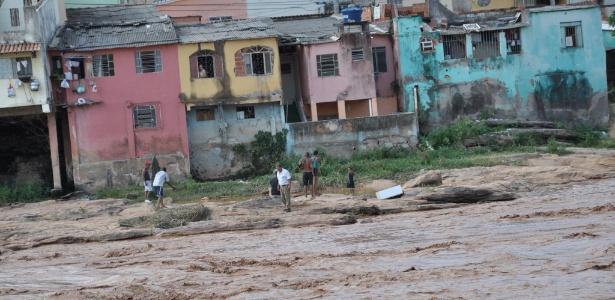 Rio Doce, em Minas Gerais, é tomado pela enxurrada de lama das barragens da Samarco