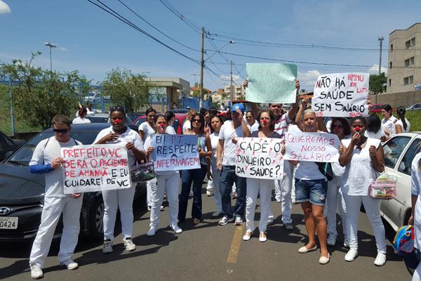 Servidores fizeram uma manifestação pedindo a resolução dos atrasos nos pagamentos (Foto: Vinícius Lemos)