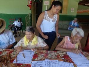CRAS Canápolis trabalha motivação natalina com idosos