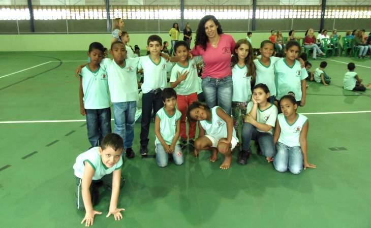 Alunos da Escola Rosa Tahan cantam na linguagem de Libras