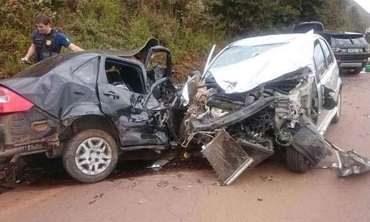 Carros bateram de frente e um terceiro colidiu logo em seguida (foto: Corpo de Bombeiros/Divulgação)