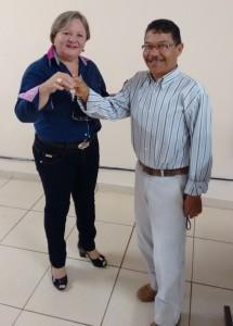 Iracilda Duarte recebe as chaves da Creche da mão  de Eurídes Martins (sorriso)