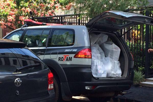 Documentos foram apreendidos na casa de uma advogada (Foto: Diogo Machado)