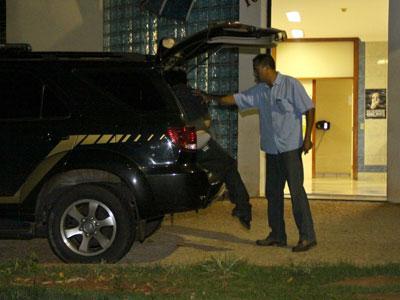 Momento em que o médico terminou seu depoimento na noite de ontem e foi conduzido à penitenciária Foto/Neto Talmeli