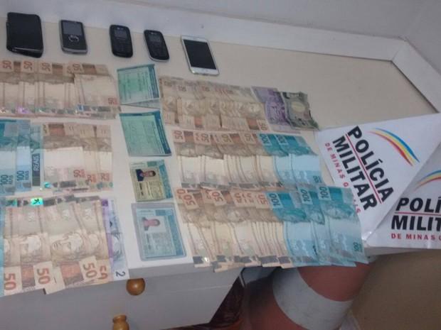 Polícia apreendeu celulares, documentos, R$ 5 mil e moeda estrangeira (Foto: Divulgação/Polícia Militar)