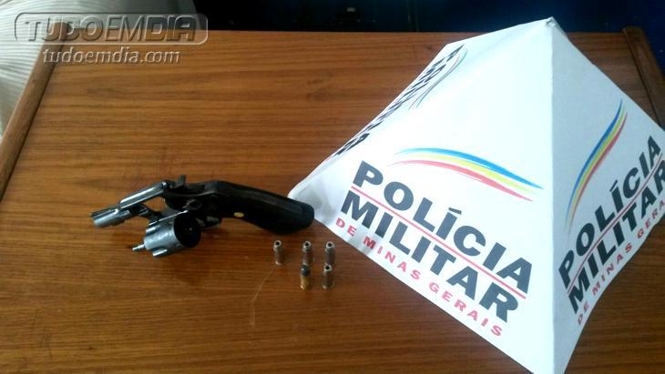 Revólver calibre .38 e cinco munições foram apreendidos pela PM