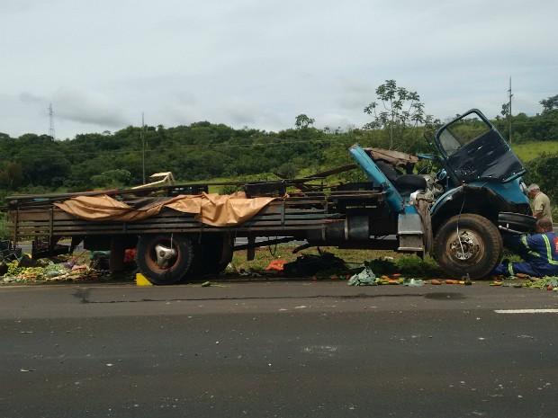 Caminhão de frutas invade canteiro central e capota na BR-050