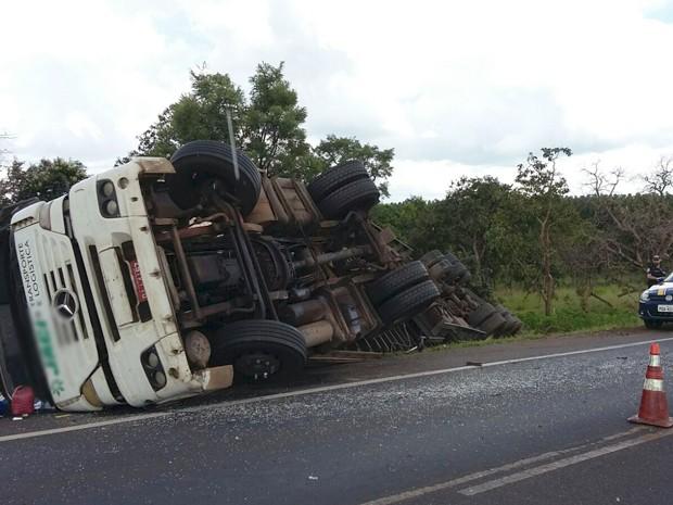Caminhão tombou no acostamento da BR-050 (Foto: PRF Uberaba/ Divulgação)