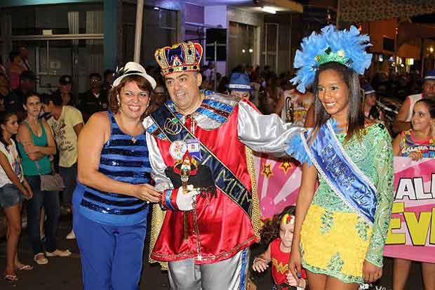 Prefeita Renata Braga com Salvador Tomaiolo Júnior, Rei Momo, e Tainá Cristina Montovani, Rainha 2014. (foto: Foto: Divulgação/Prefeitura de Porto Ferreira.)