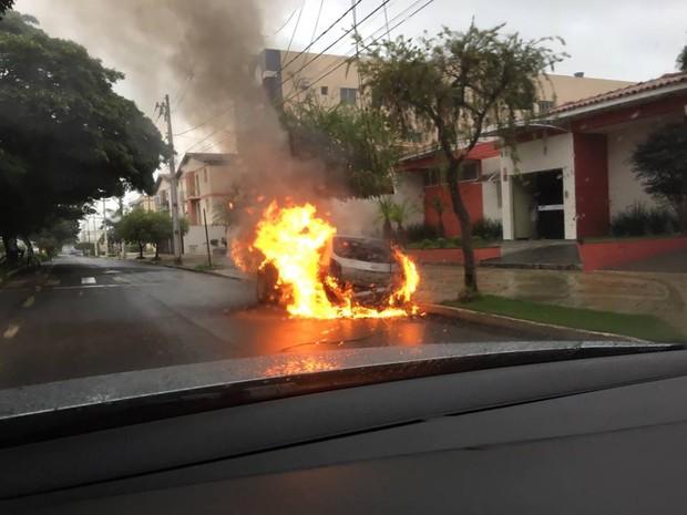Um carro pegou fogo na manhã deste sábado (9) na Avenida Paranaíba, no Centro de Patos de Minas. De acordo com o Corpo de Bombeiros, após o pouso de um pássaro, um fio da rede elétrica se soltou e caiu sobre o veículo, causando o curto-circuito. O veículo ficou destruído e não houve vítimas. (Foto: Romario Brant/Arquivo Pessoal)