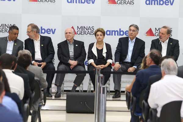 Dilma inaugurou oficialmente a fábrica na manhã desta quinta-feira (4) (Foto: Cleiton Borges)