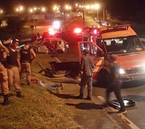 """O carro ficou totalmente destruído após capotar e """"voar"""" sobre uma das pistas e a mureta da avenida Santana Borges"""