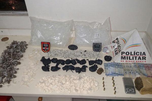 Drogas, dinheiro, munições e balança de precisão foram apreendidas em casa da ocupação da Fazenda do Glória (Foto: PMMG/ Divulgação)