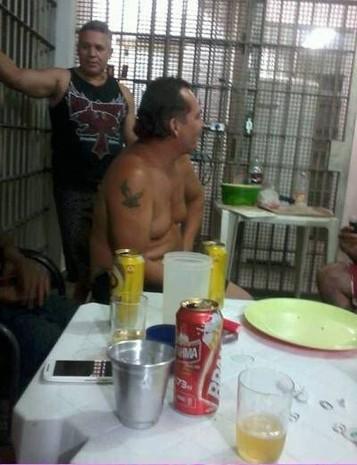 Foto mostra Bola em comemoração com outros presos (Foto: Reprodução/Redes sociais)