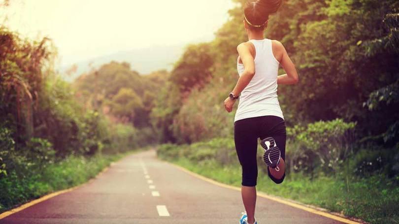 Mulher faz exercício: correr pode aumentar o número de células cerebrais