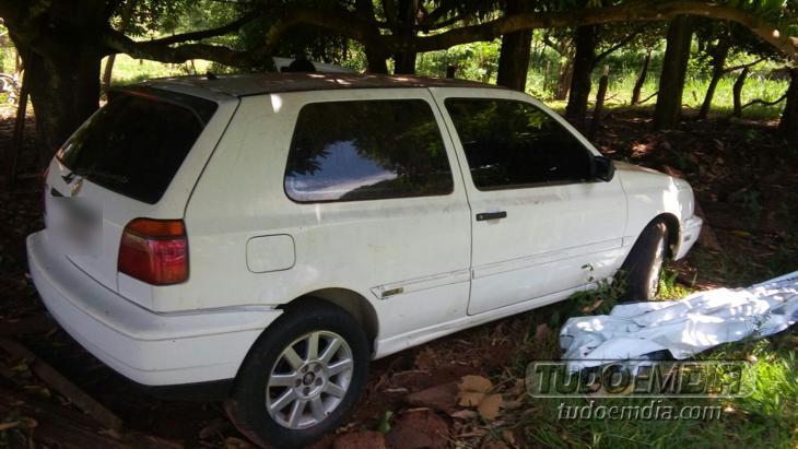 Carro foi encontrado abandonado próximo ao  cemitério da cidade