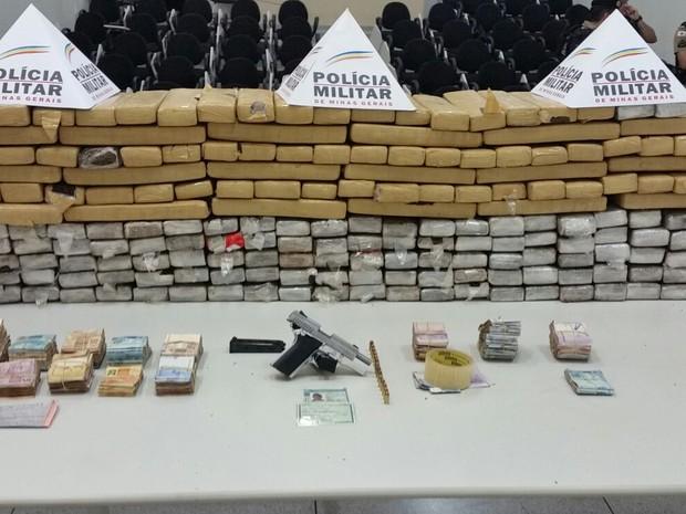 Materiais apreendidos foram levados à delegacia nesta terça-feira (2)  (Foto: Polícia Militar/Divulgação)