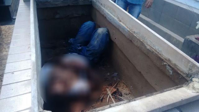 Homem foi retirado de dentro de túmulo em cemitério de Campos (Foto: Filipe Lemos / Campos 24 horas)