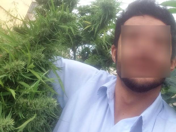 Suspeito fez selfie ao lado de pés de maconha que cultivava em Itaúna (Foto: PC/Divulgação)
