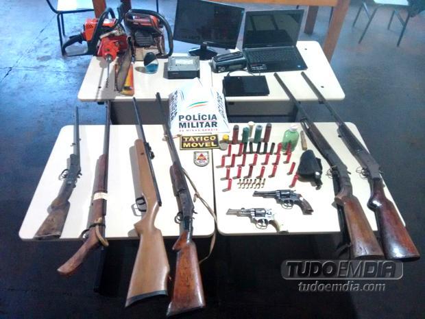 Armas e materiais foram apreendidos durante operação