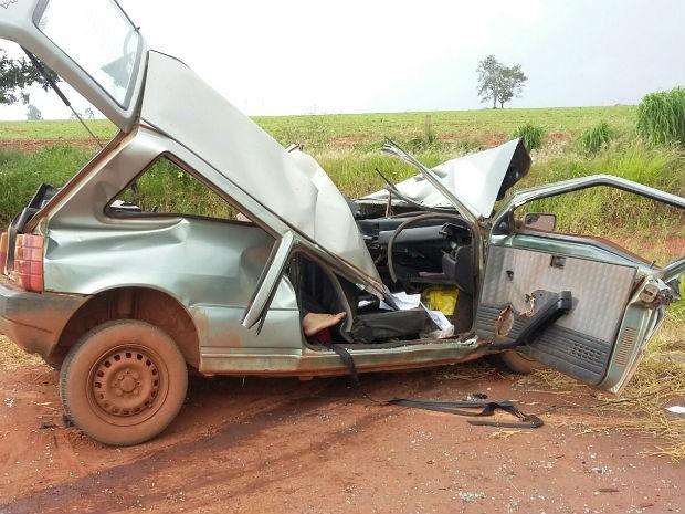 Duas vítimas que estavam no veículo morreram e outros dois passageiros ficaram feridos (Foto: Corpo de Bombeiros/Divulgação)
