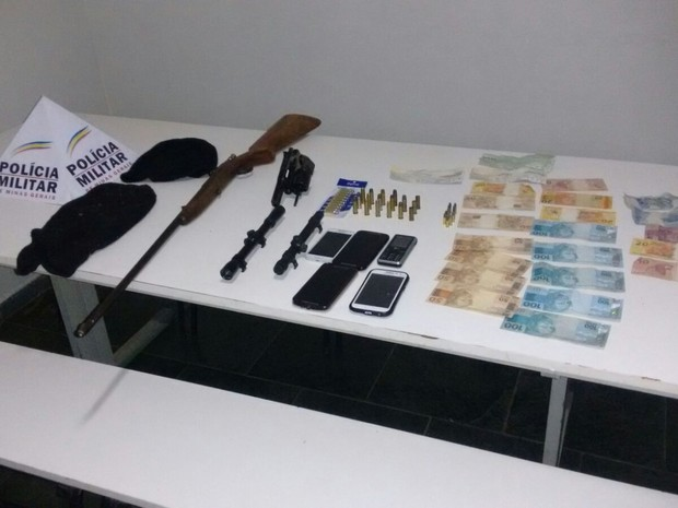 Vários materiais foram apreendidos com suspeitos (Foto: Polícia Militar/Divulgação)
