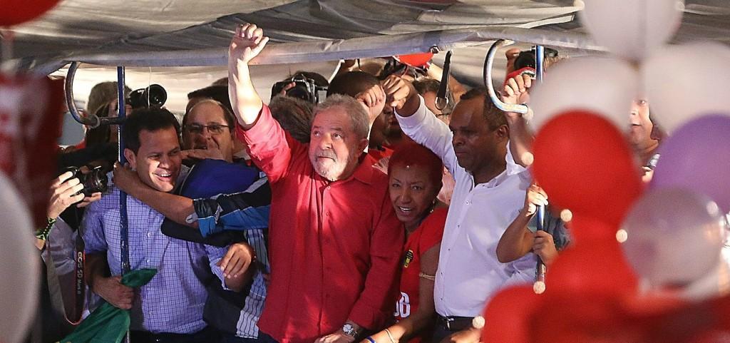 Lula durante ato em São Paulo / Folhapress