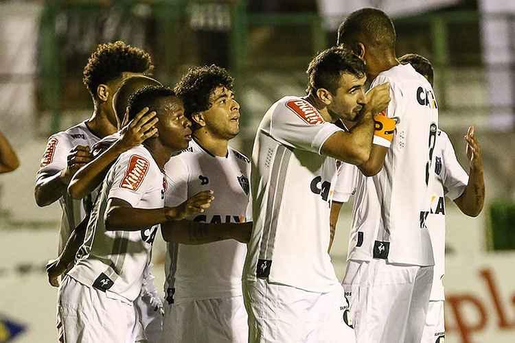 Jogadores do Atlético comemoram o gol de Lucas Pratto, que abriu caminho para a goleada contra o Tupi